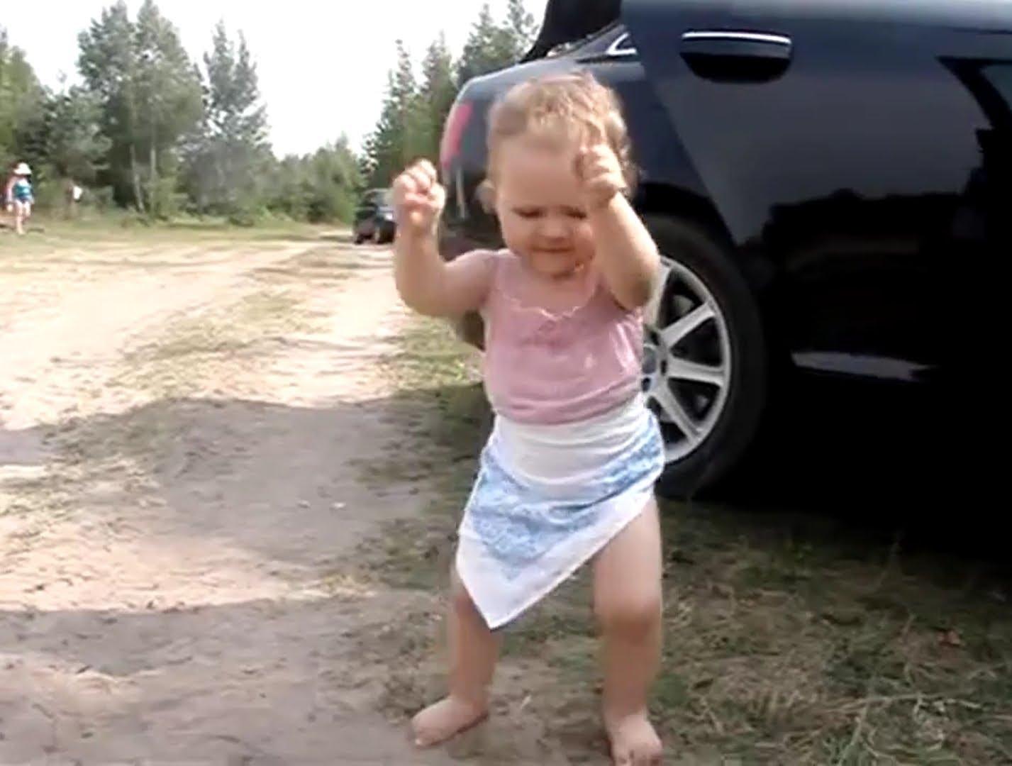 Любовная, девочка прикольно танцует под прикольную музыку